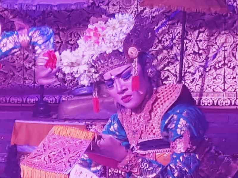 Balinesischer Tanz, aufgeführt in SwarnaDwipa, Bona durch junge Tänzer - Darstellung der Emotion Traurigkeit