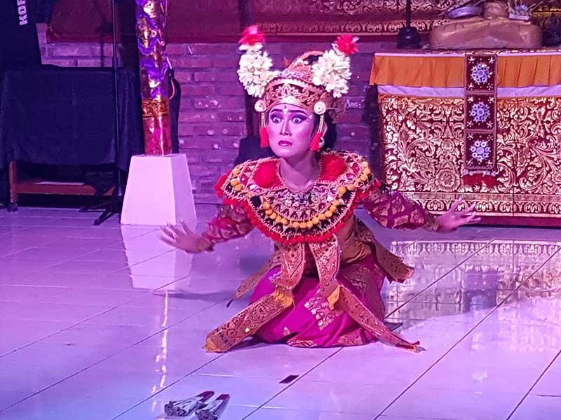 Balinesischer Tanz, aufgeführt in SwarnaDwipa, Bona durch junge Tänzer - Darstellung der Emotion Angst